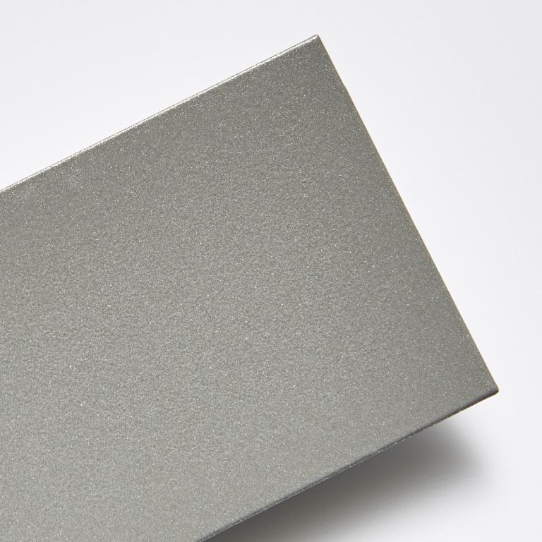 Metalická stříbrná